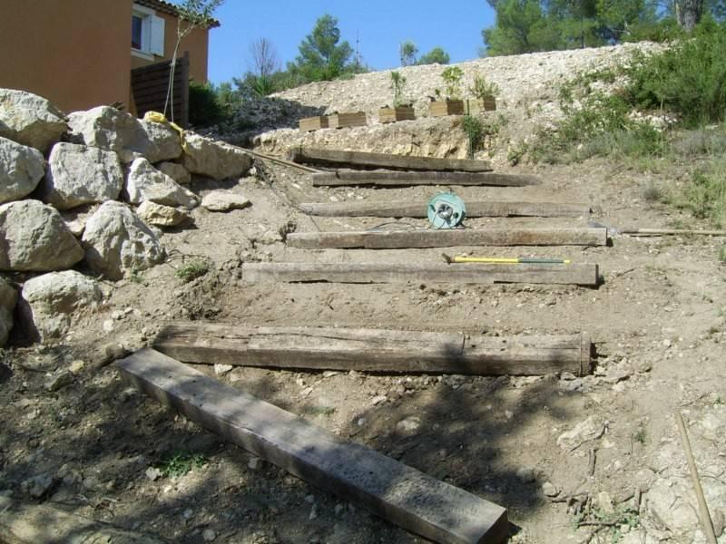 Création d\'un escalier de jardin en poutres de chemin de fer par le ...