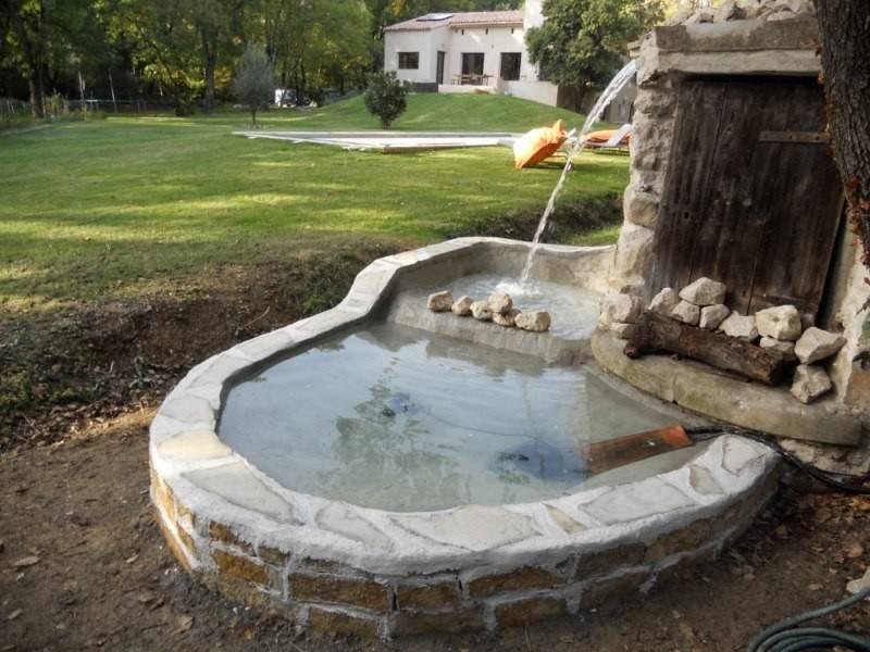 R alisation d 39 une fontaine de jardin par le paysagiste de for Realisation paysagiste jardin