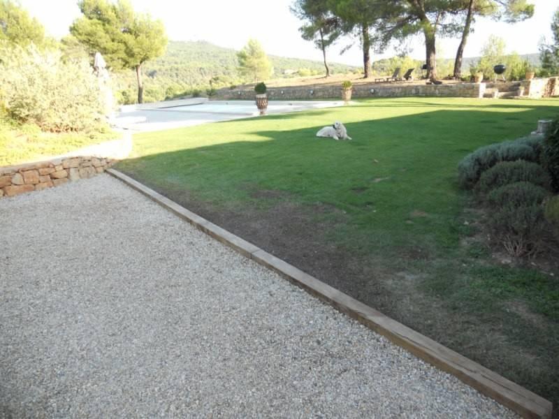 Pr sentation d 39 une bordure en poutre de chemin de fer naturelle par l 39 quipe les jardins de for Installer gravier jardin