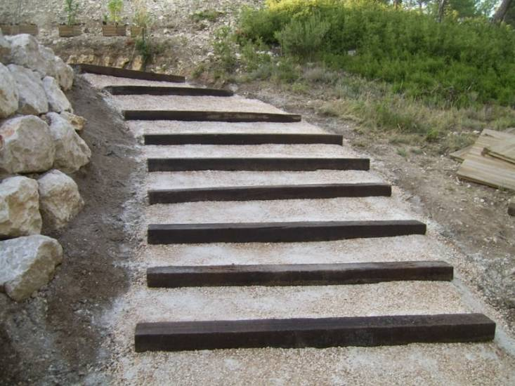 R alisation de jardins espaces verts fuveau romain for Jardin avec escalier
